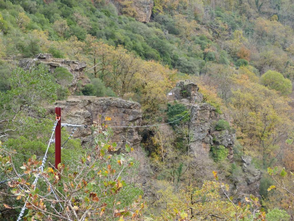 passage à proximité de l'arrivée de la tyrolienne  au roc du Gorb