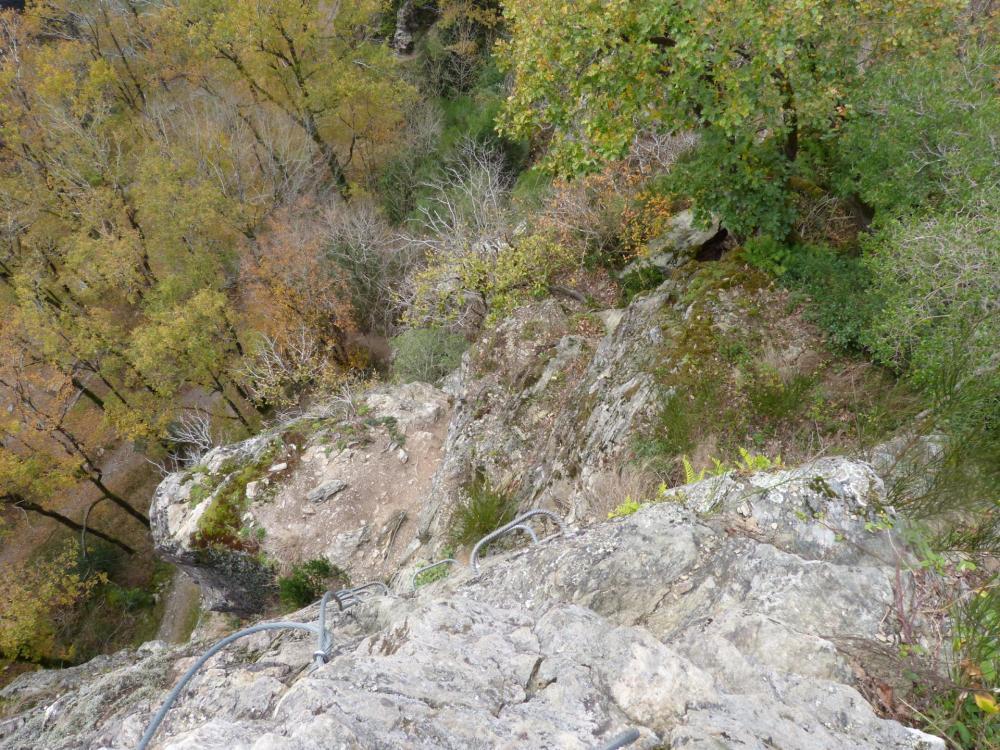 Du belvédère, redescente verticale vers le ruisseau du Riou