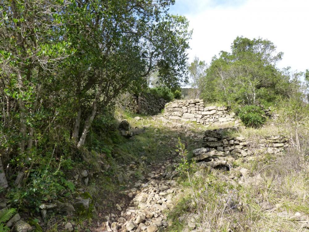 La montée entre les murets de pierre avant Beauquinès