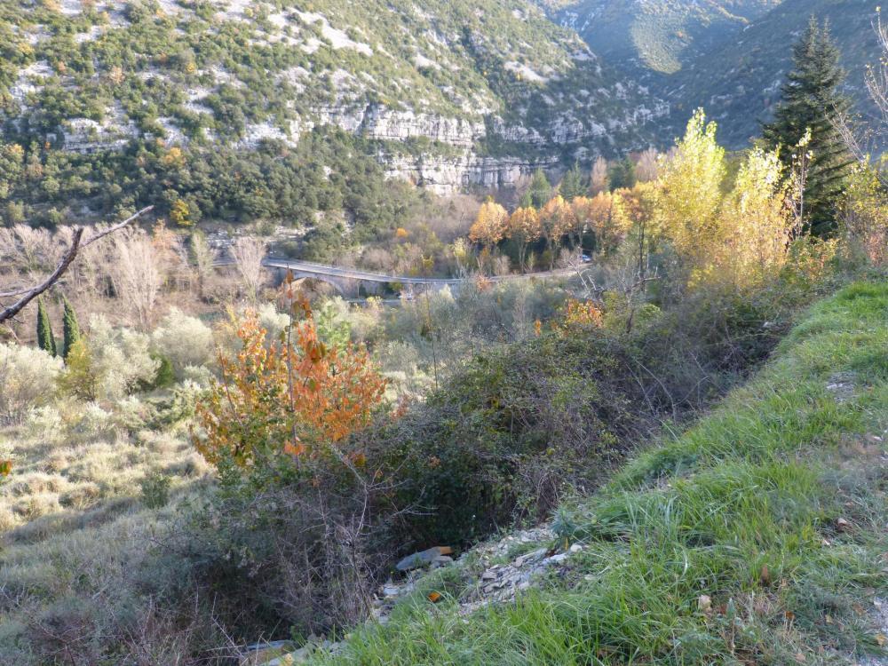 Retour par la route au dessus du village vers le pont de Gorniès