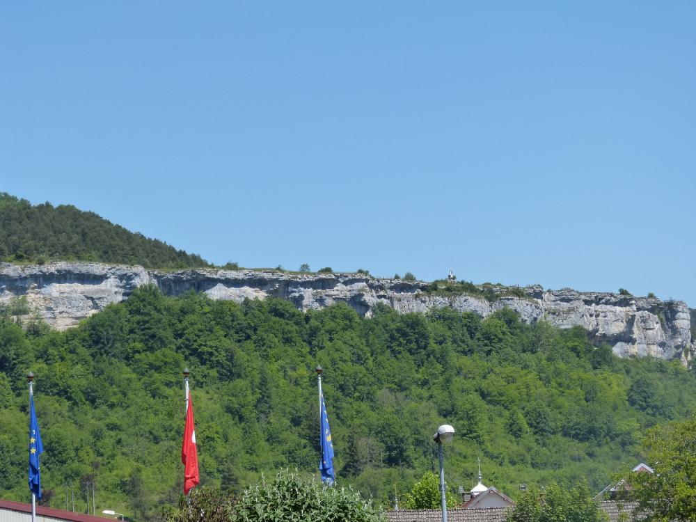 Les falaises du rocher du Mont domine Ornans et la vallée de la Loue
