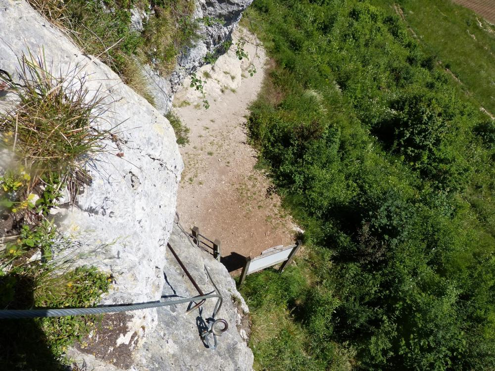 Montée verticale au dessus du départ de la via ferrata du rocher du Mont à Ornans
