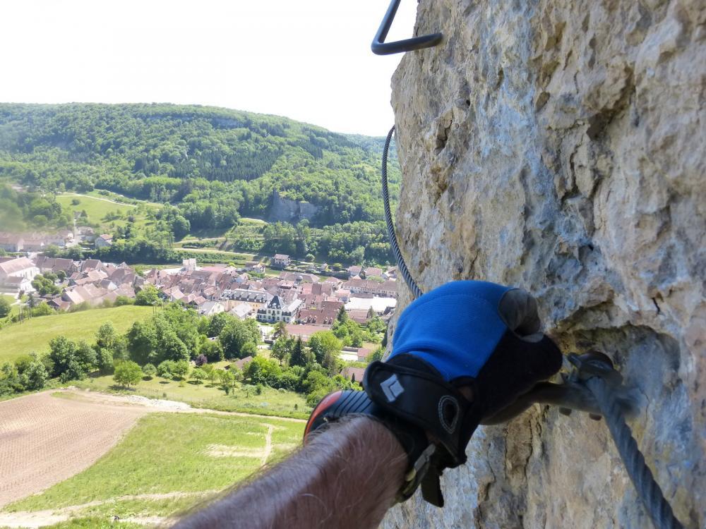 Via du Rocher du Mont à Ornans ... ambiance verticale et vue sur la ville et la Loue en permanence !