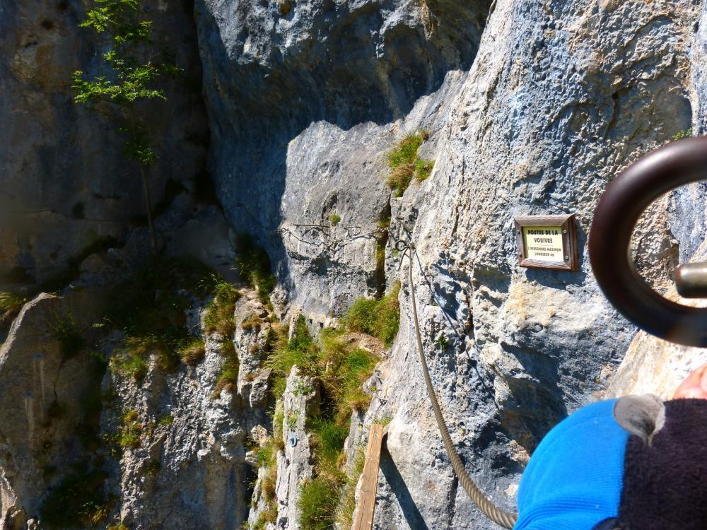 Via du Rocher du Mont à Ornans ... Après le pont de singe, la poutre !