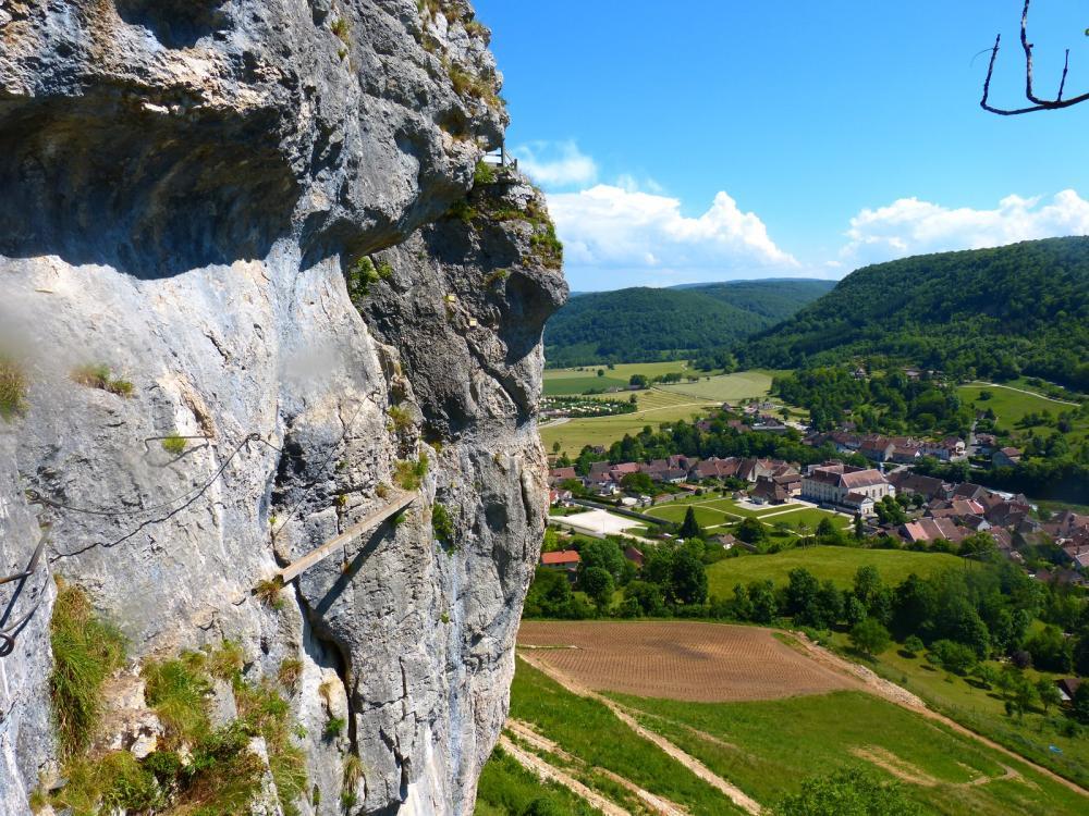 Via ferrata du rocher du Mont à Ornans ...La poutre a plus belle allure sous cet angle ! !