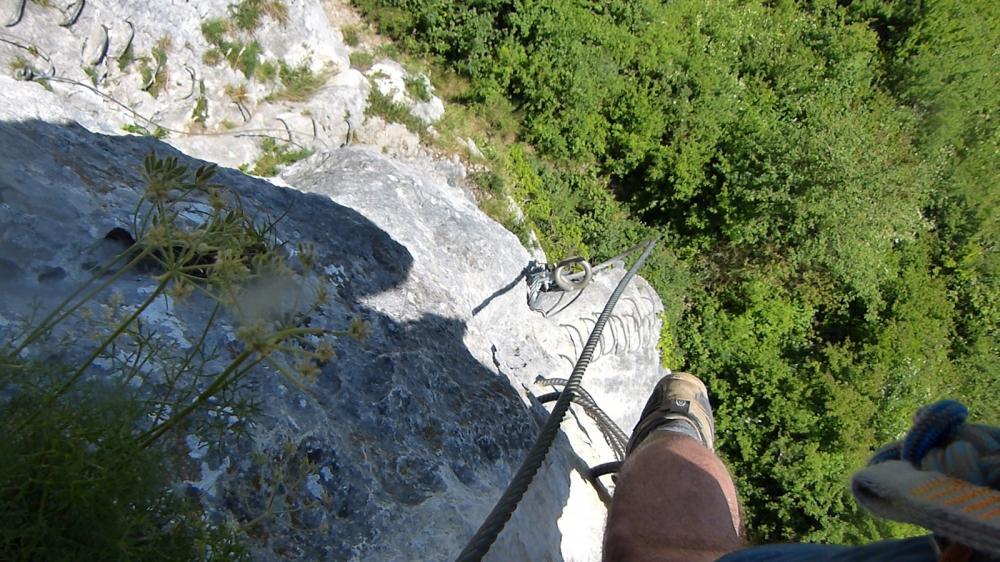 Via ferrata du rocher du Mont à Ornans ... On voit bien à la fois la descente et la remontée !