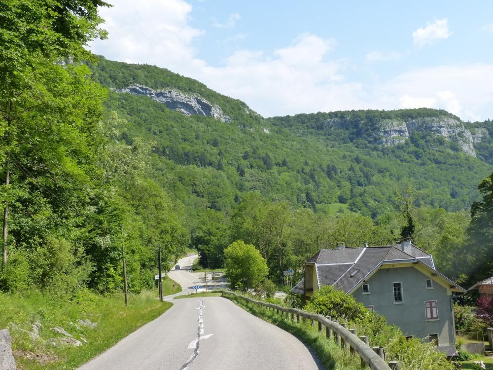 Depuis Alèves descente vers le Pont de Bange et ensuite à gauche en direction de la falaise et de ses grottes !