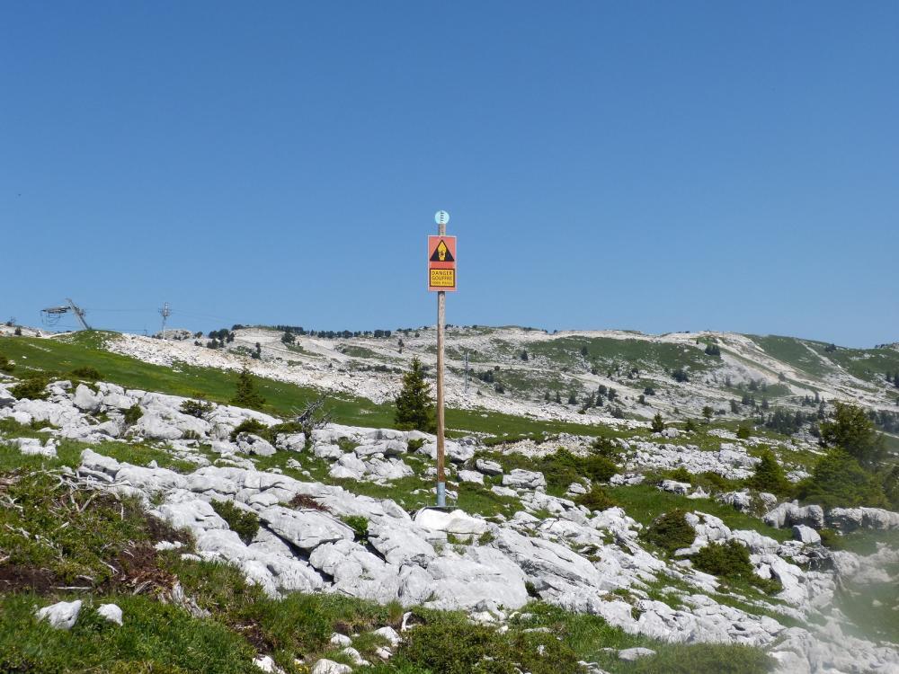 Les panneaux qui signalent la proximité de gouffre (pour les périodes hivernales ...raquettes)