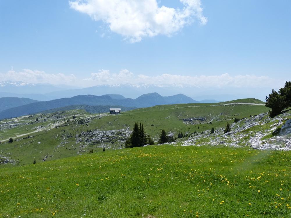 Descente du Margeriaz pour rejoindre le sentier des tannes et des glacières