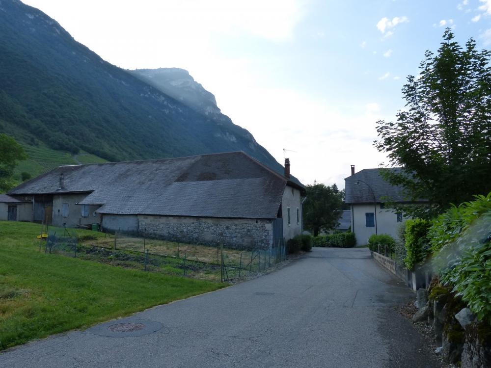En route pour le village de Chignin, au fond le roc de Tormery