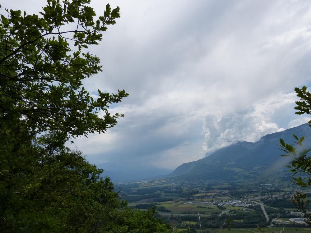 les orages menacent à la fin de la randonnée dans la descente sur Chignin