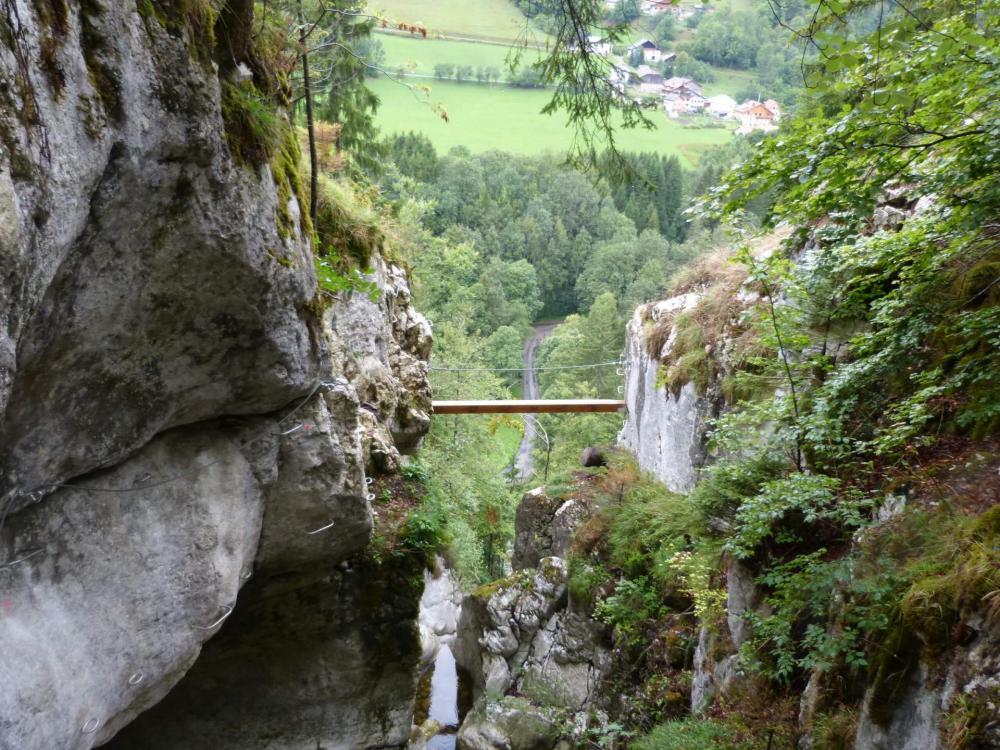 Petite traversée légèrement déversante dans le haut de la via ferrata de la cascade des Nants à bellevaux