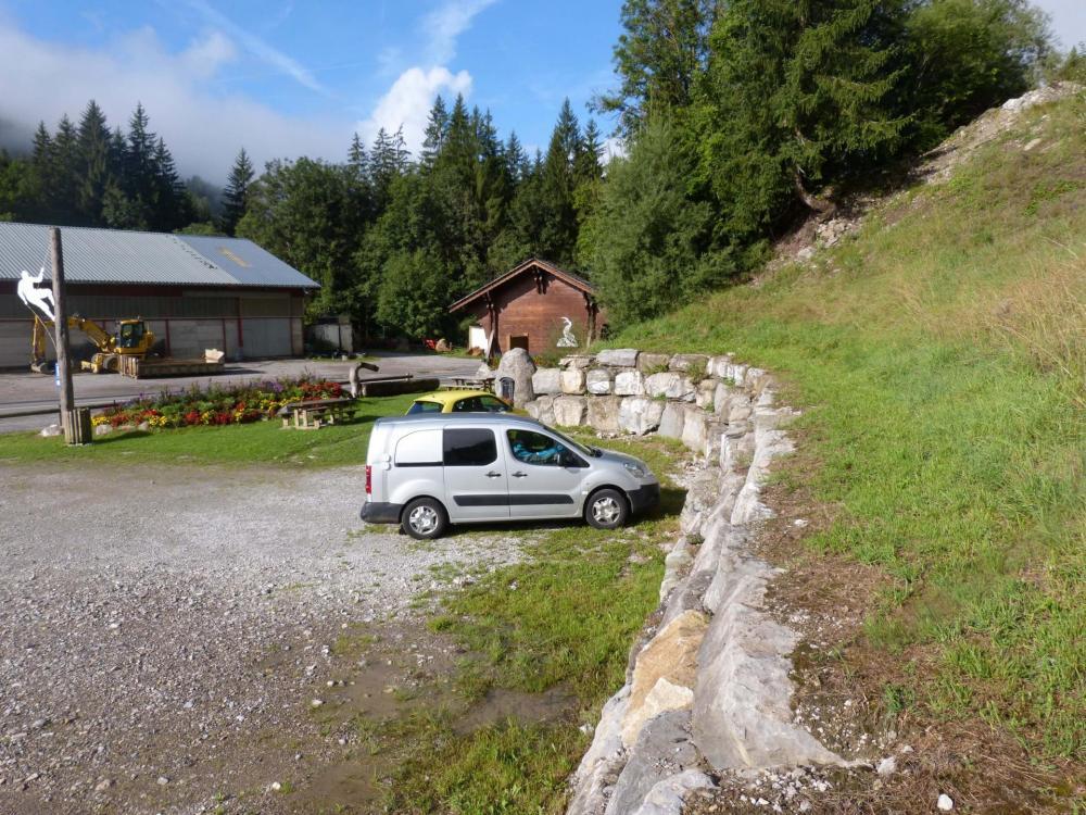 Le parking d' accès de la via ferrata des saix de Miolène à La Chapelle d' Abondance