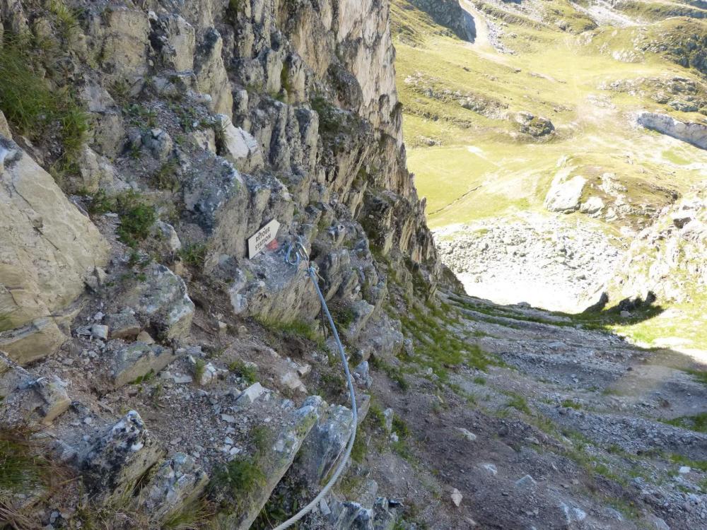 Sentier de descente, sous la passerelle, à la via ferrta des Bourtes en 2015