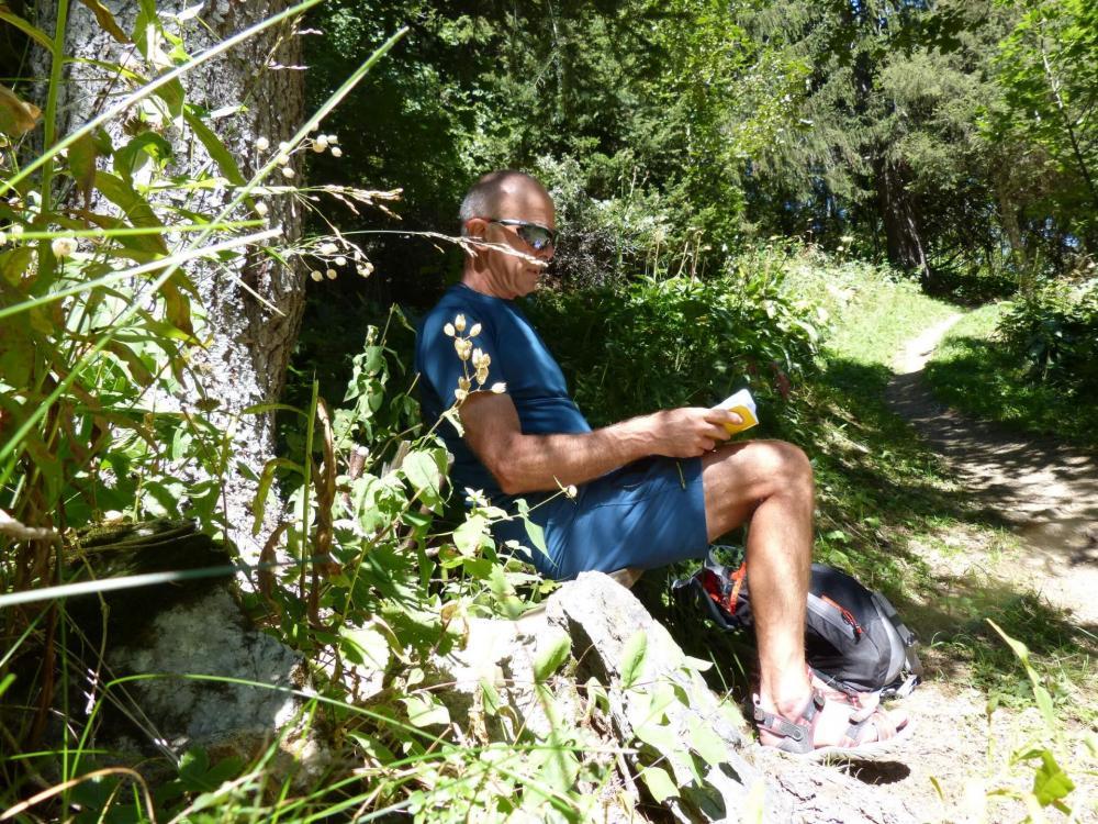 Petite halte avant de sortir de la forêt dans la montée au col des Saulces