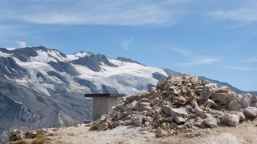 La table d' orientation du Petit Mont Blanc devant les glaciers de la Vanoise