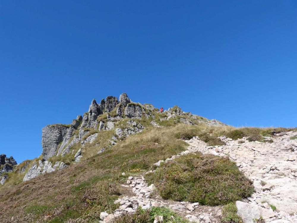 Barre rocheuse à mi pente dans le Puy Mary côté Brêche de Rolland