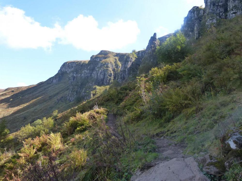 Du col d' Eylac, le sentier remonte sous la Brêche Rolland pour rejoindre le GR de l' aller juste au pied du Puy de Peyre Arse
