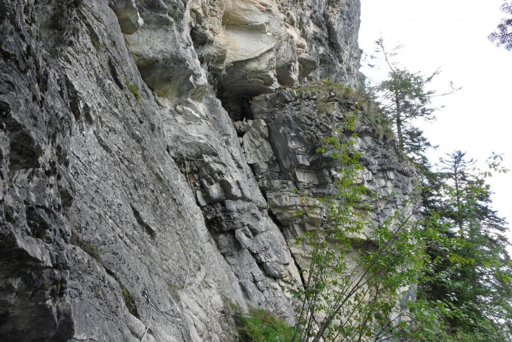 Le passage de la grotte à la via d' Arthouze