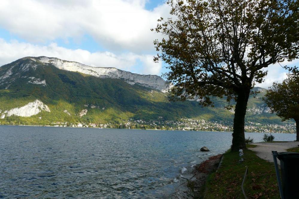 lac d' Annecy, piste cyclable à l' approche d' Annecy
