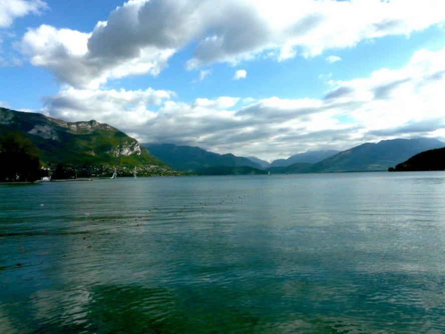 Lumière particulière sur le lac depuis Annecy
