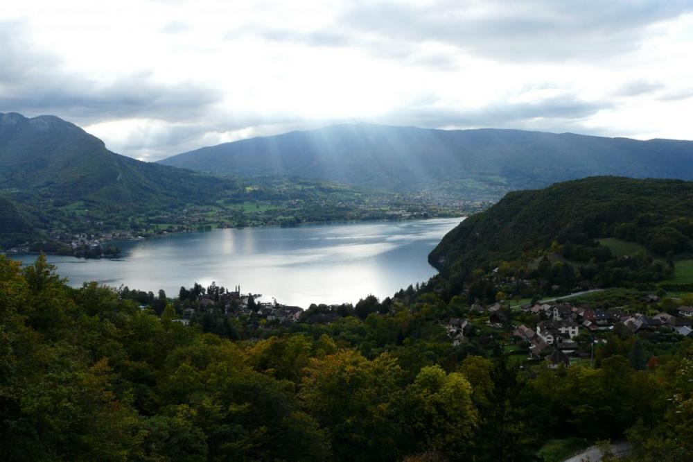 descente du col de la Forclaz au dessus du lac d' Annecy