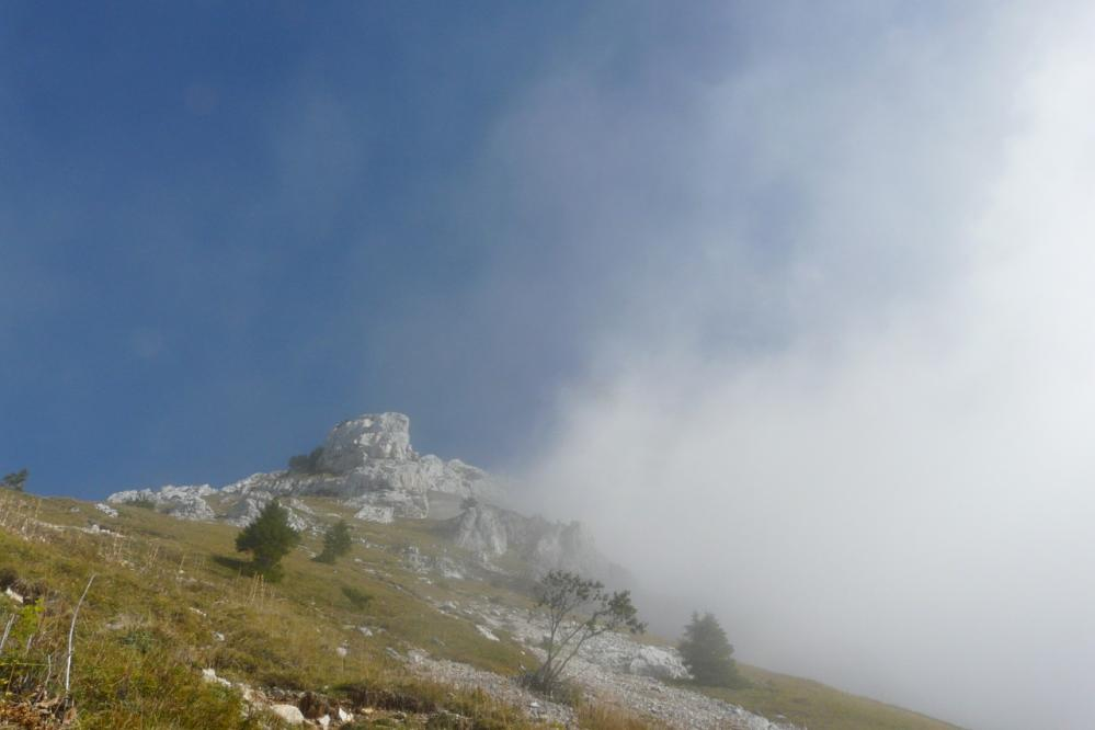 les rochers supérieurs de la Tournette surgissent du nuage !