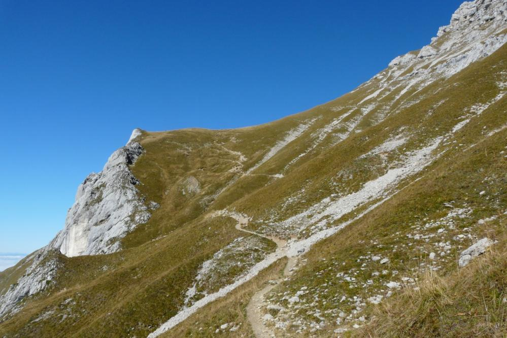le chemin d' accès au col du Varo