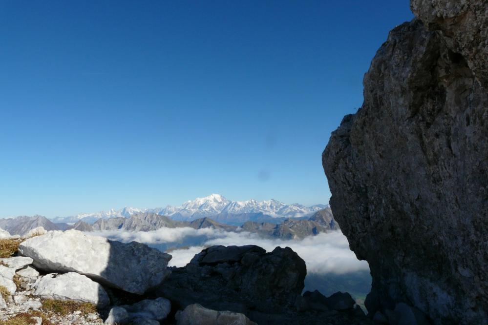 ..le tout sous l' oeil lointain du mont blanc !
