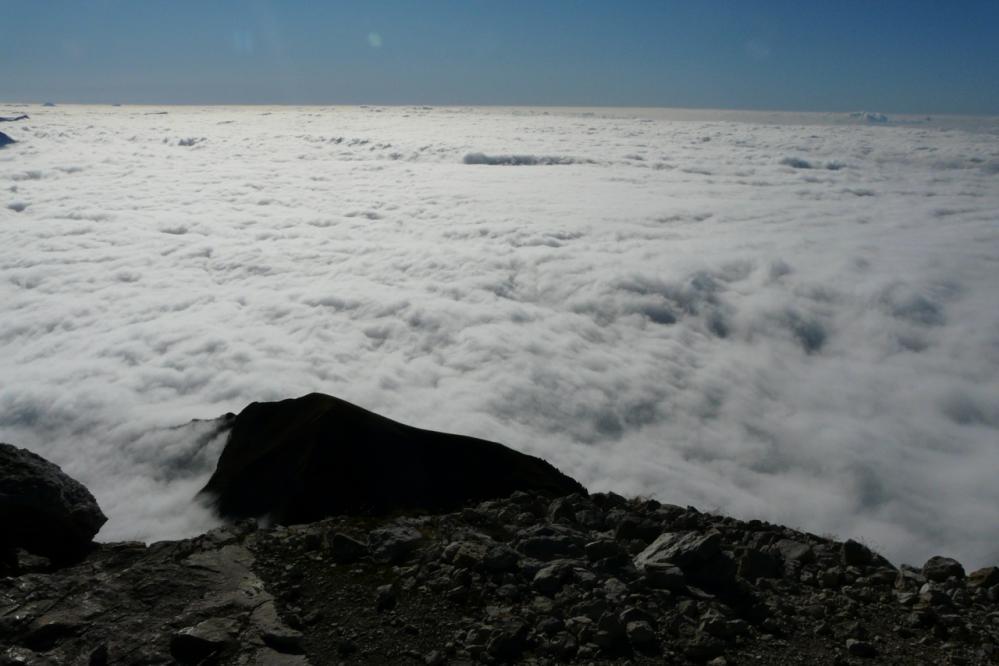 Splendide mer de nuages depuis le sommet de la Tournette