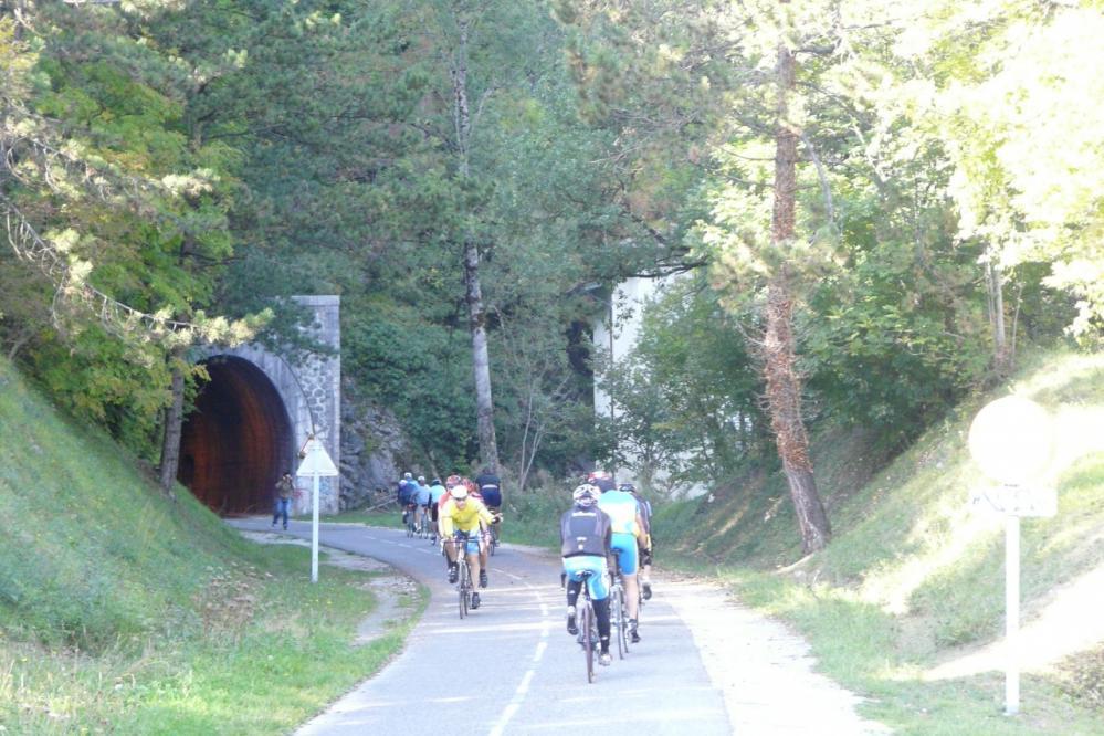 il y a du monde sur la piste à hauteur du tunnel de Duingt.
