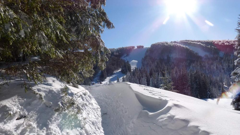 Passage dans les amas de neige à l' approche du télé ski des Goulets