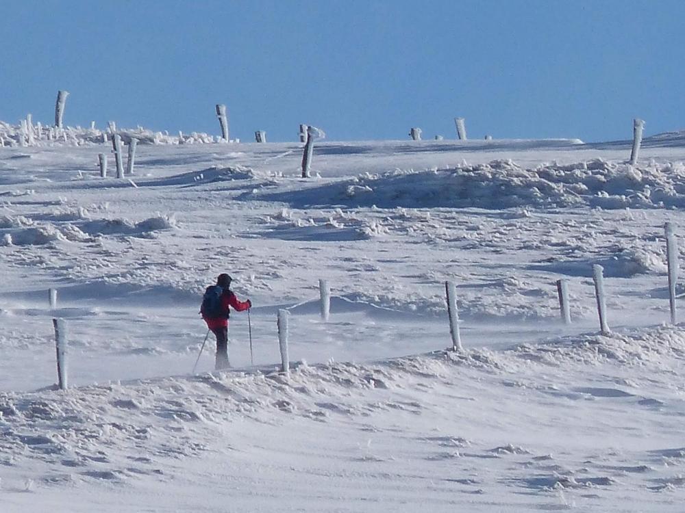 La montée est tranquille, mais la neige est croutée sous l' effet du vent , qui souffle assez fort !