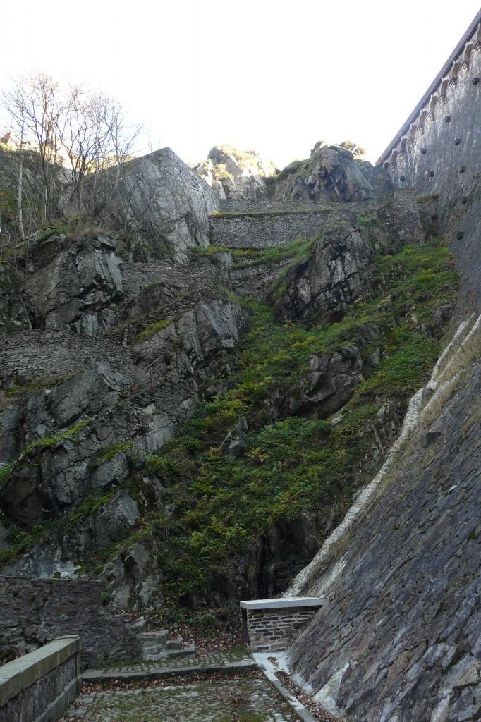 un chemin en escalier est amenagé sur le côté du barrage