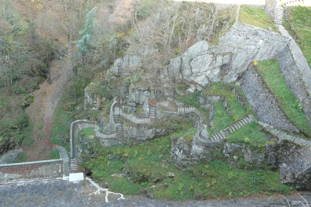 Superbe aperçu de l'escalier de montée au barrage