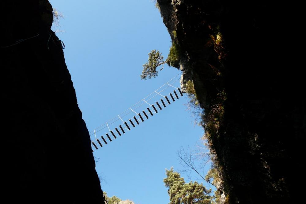 La passerelle de la Reboule vue du mur des Grailles à la via des Juscles