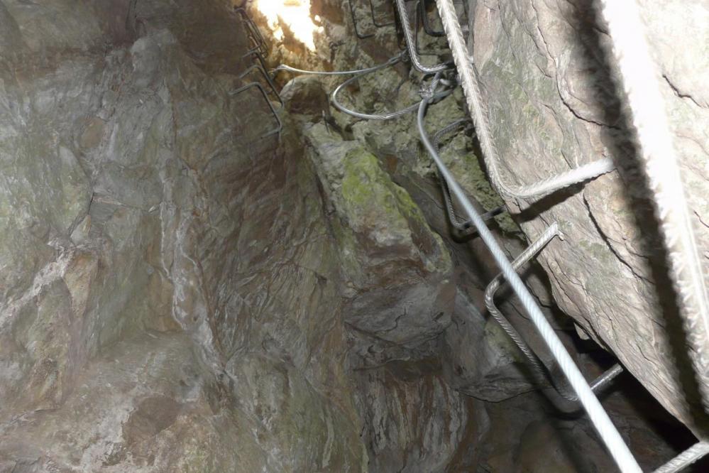 montée dans les coulées de concrétions à la via ferrata du puits des Juscles