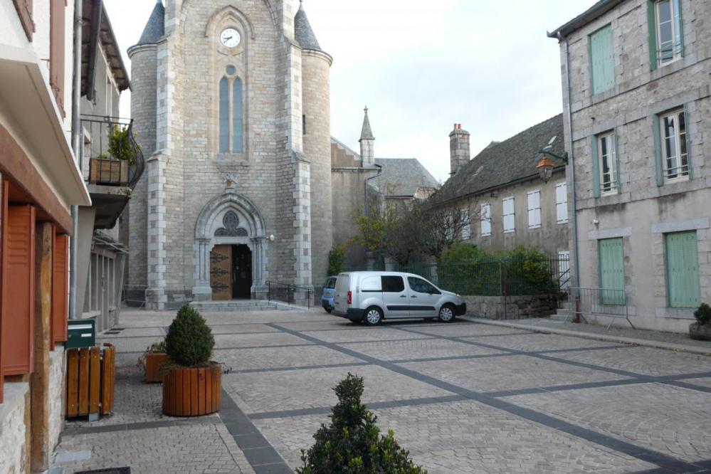 Stationnement calme à Ste Geneviève sur Argence