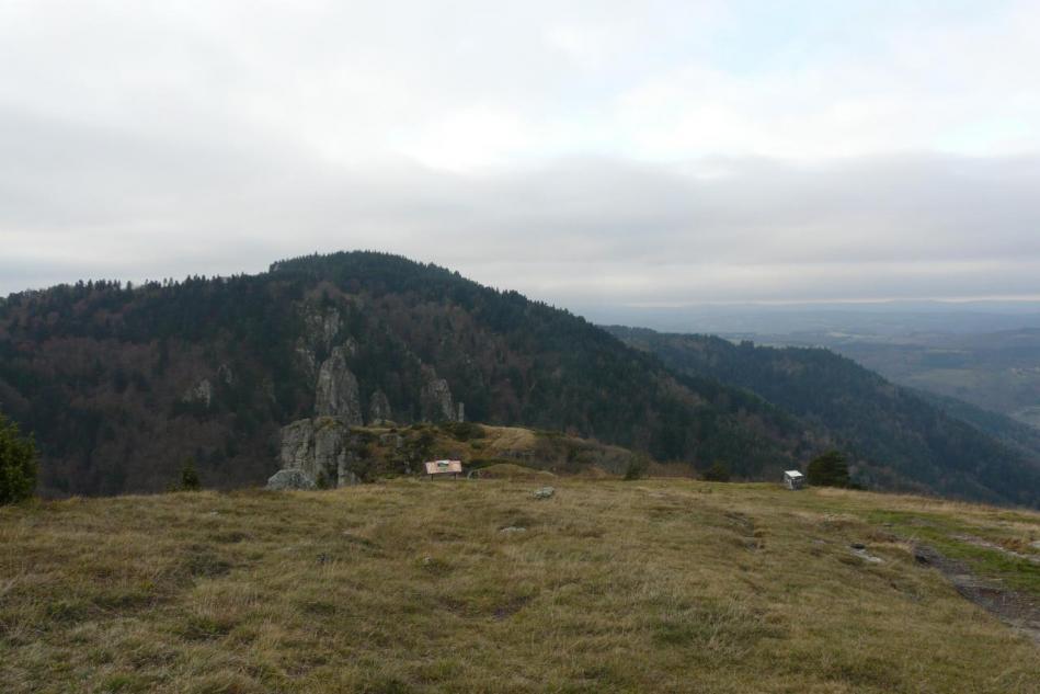 descente sur le sentier de St Jean Lachalm aux rochers de la Miramande