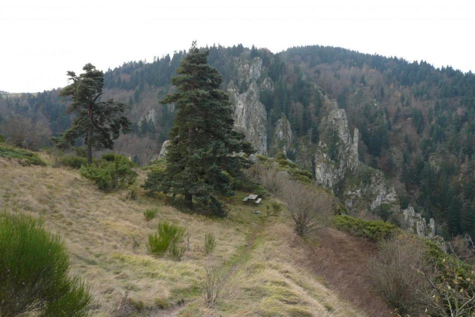 sentier d' approche des rochers de la Miramande