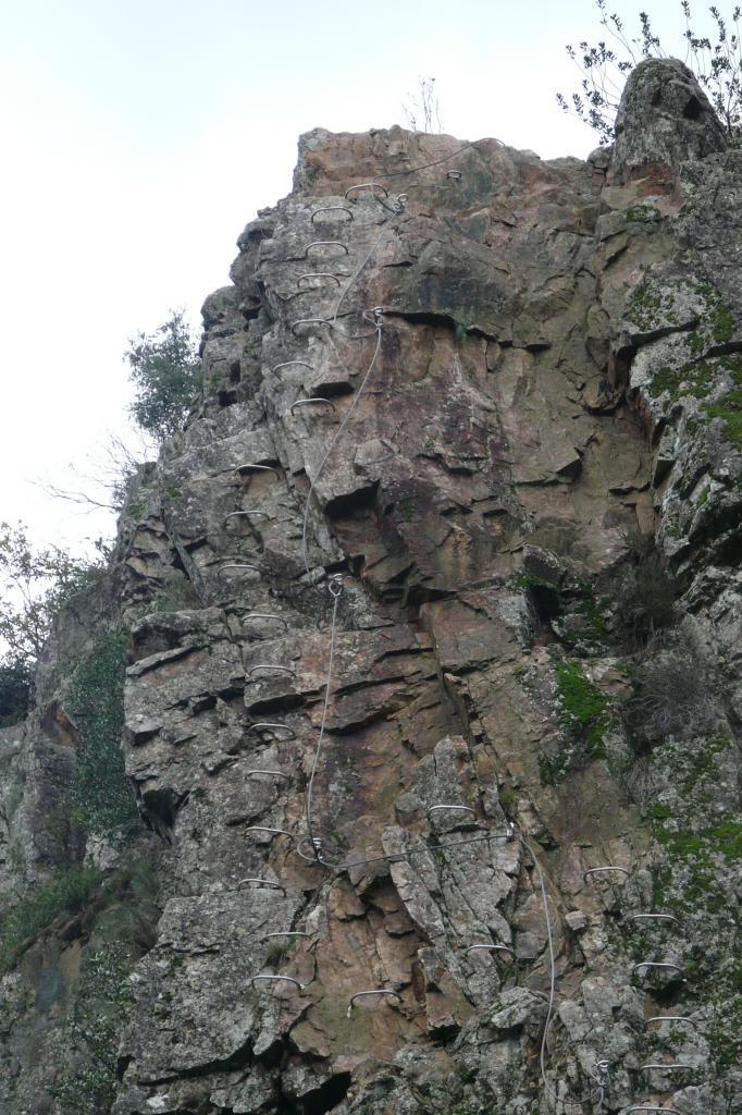 via ferrata rive droite à Thueyts, le mur de départ au dessus de lapasserelle