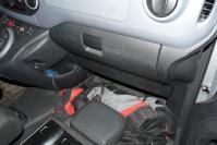 le sac à dos rangé en bout de siège passager replié