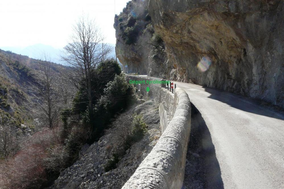 le départ de la tyrolienne depuis la route