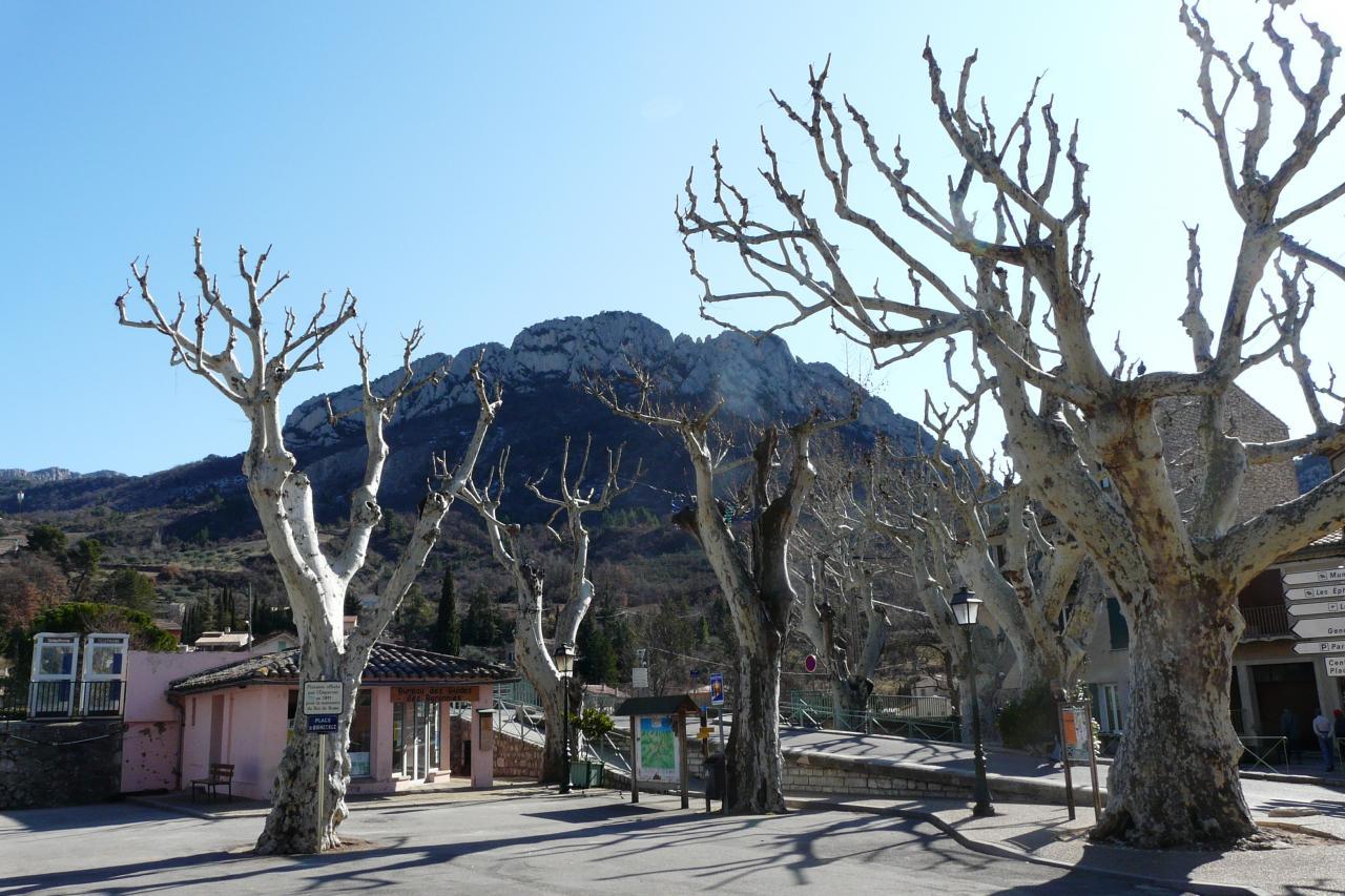 le rocher St Julien vu depuis le centre de Buis les baronies