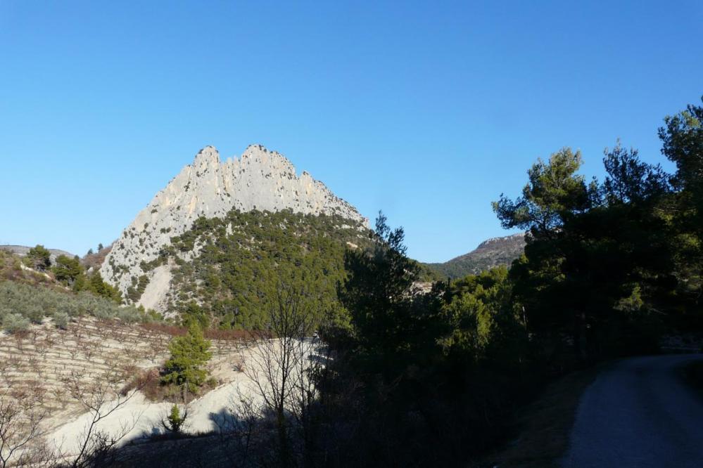 Le rocher St Julien vu de derrière Buis les Baronies