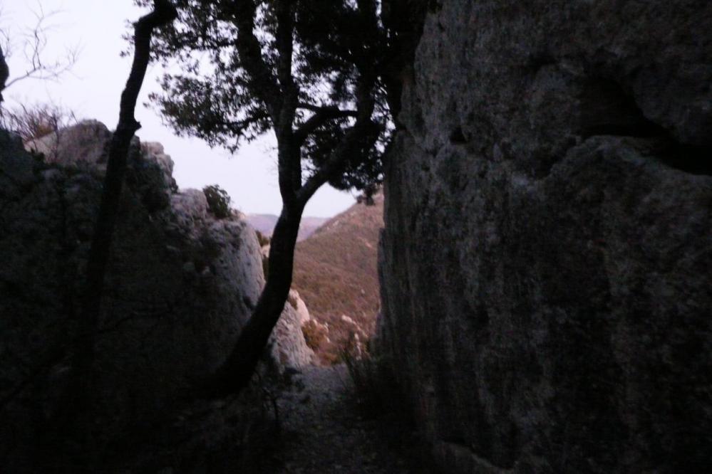 Cheminement de descente entre deux fils rocheux sur la crête du rocher St Julien