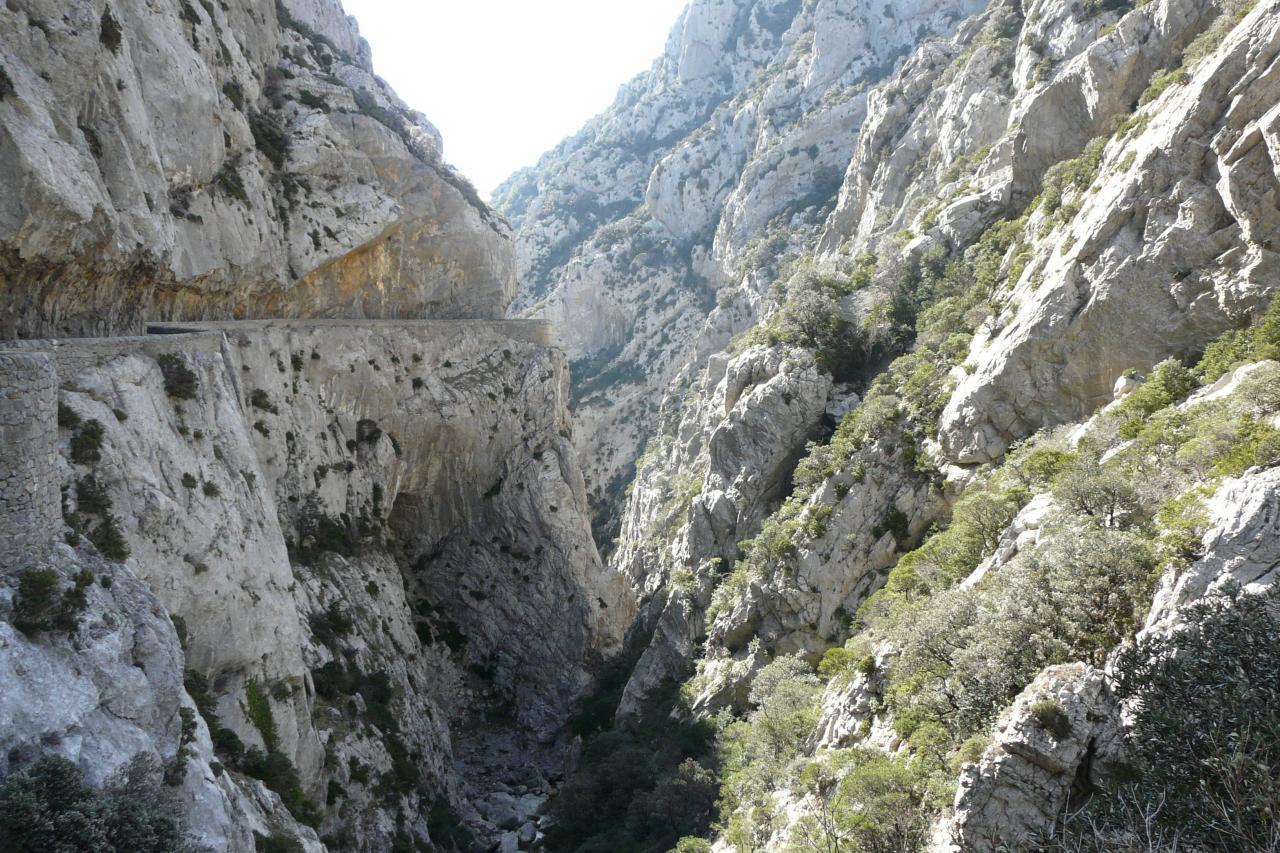la montée en balcon dans les gorges de Galamus