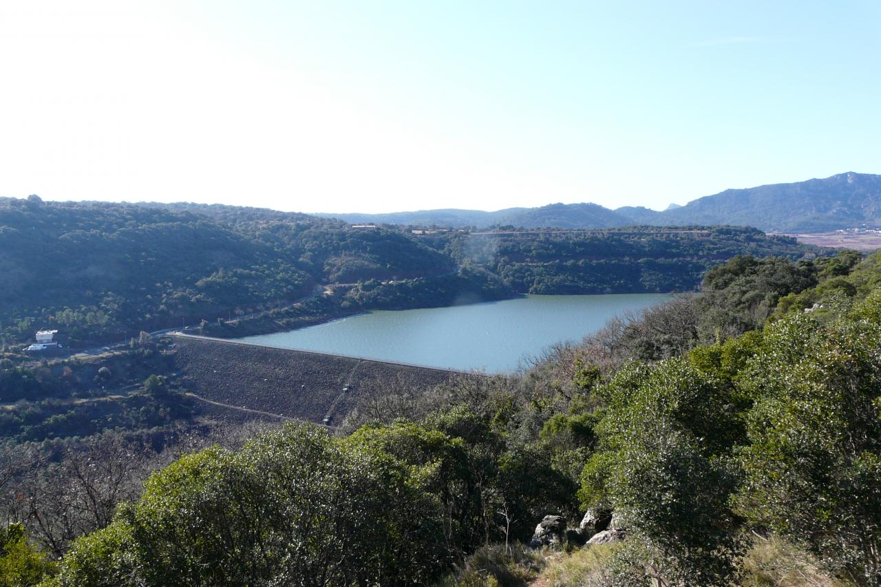 le lac de Salagou et le barrage  vus de la route en terre à partir de Laulo