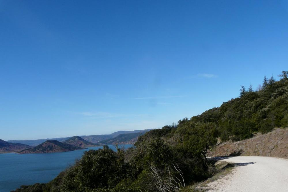 la route en terre au dessus du lac de Salagou(piste vtt)