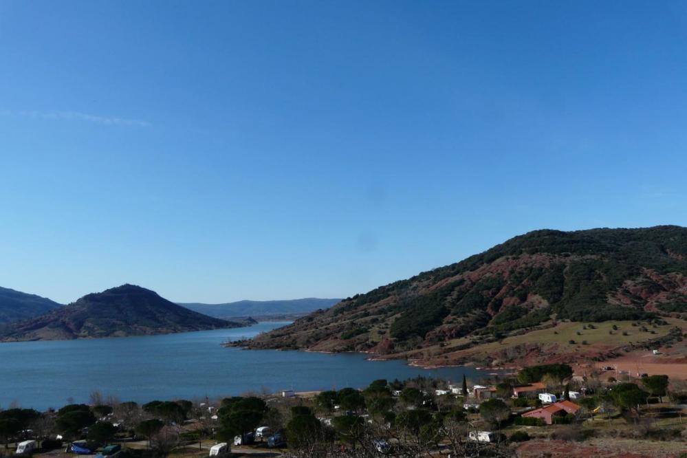 le lac et le camping de la rive des valliès vu de la route en terre à partir de Laulo